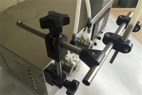 小型定量矿泉水饮料磁力泵灌装机精致细节